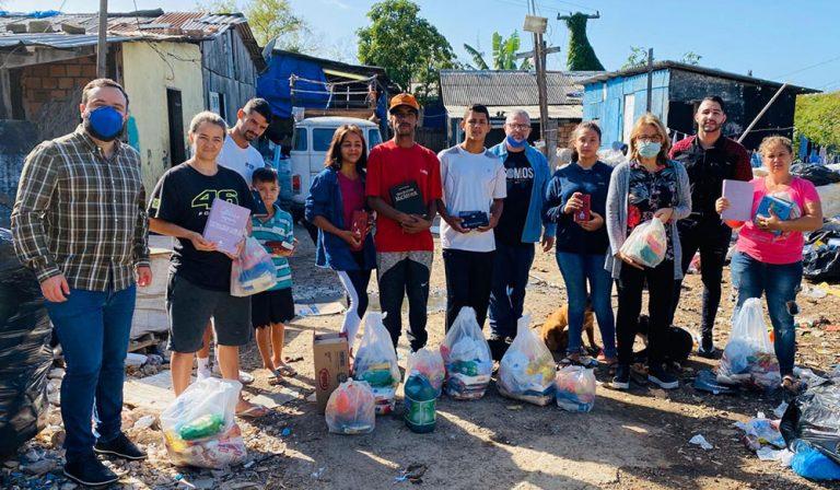 Pessoas beneficiadas pelo projeto SOS Causa da Bíblia com cestas básicas e a Bíblia Vencendo o Medo